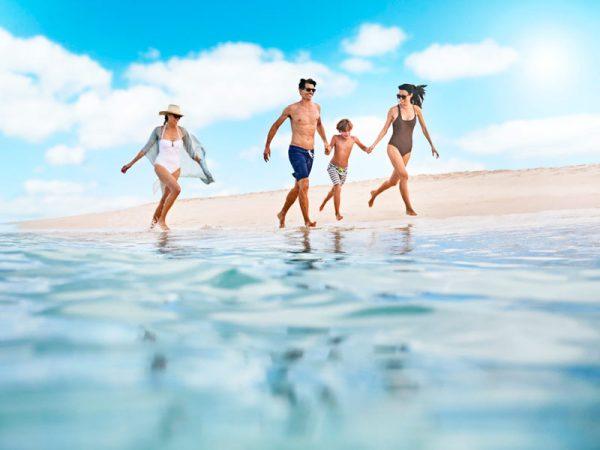 Familia en playa del Caribe - Princess Cruises